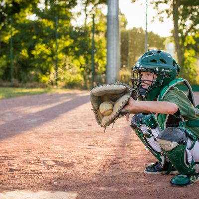 Jeune joueur baseball catch La Rochelle Boucaniers